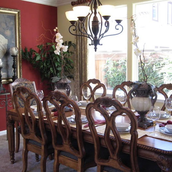 An accent wall in a dining room can add drama